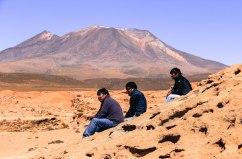 Tres bolivianos tomando una pausa.